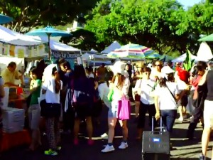 Crowds at Kapiolani Community College Farmers Market